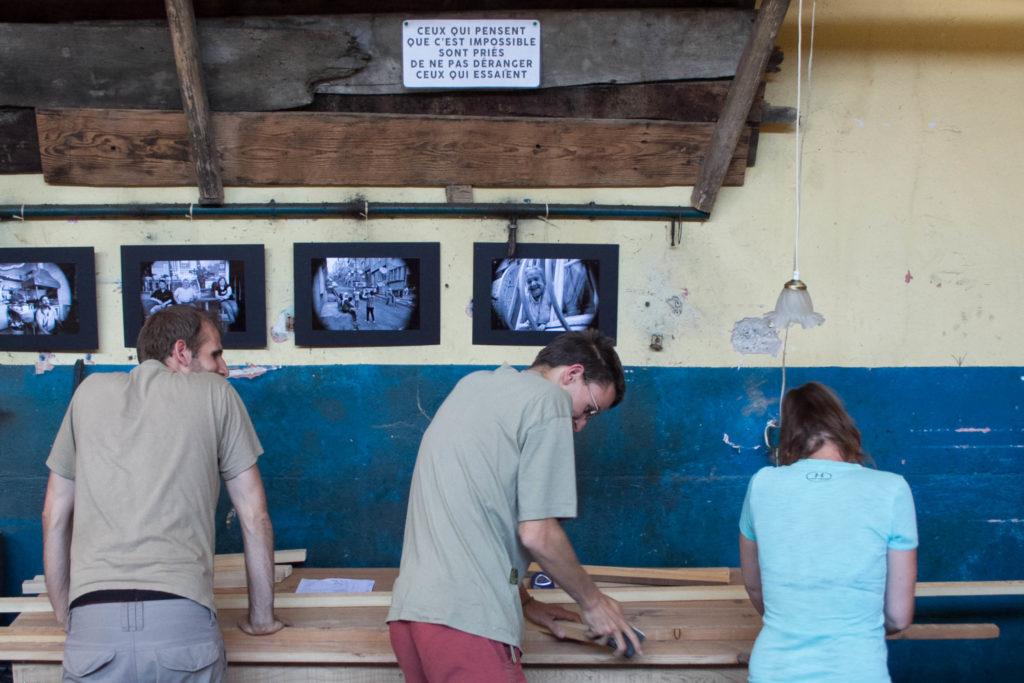 bénévoles préparant les toilettes sèches